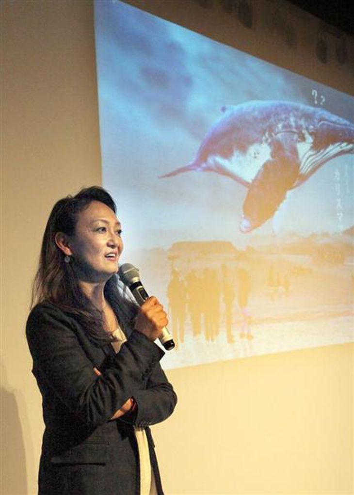 「クジラ映画」制作のイベントで、プレゼンテーションする佐々木芽生さん=7日、東京都内(佐々木正明撮影)