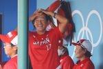 ベンチで笑顔を浮かべる上野由岐子=21日、福島県営あづま球場(納冨康撮影)