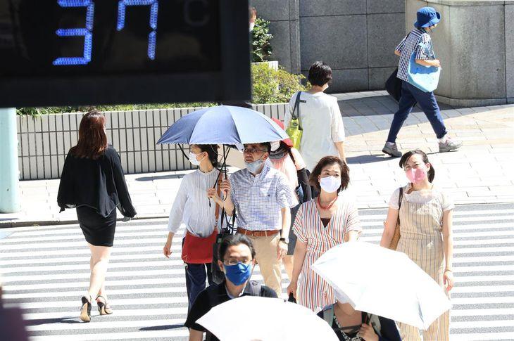 11日午後、37度を示す東京・日本橋にある温度計=東京都中央区(佐藤徳昭撮影)