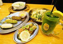 「フナバシ屋」では、小松菜ハイボール(右端)をはじめ、つくねや焼きそばなどでも小松菜グルメが味わえる