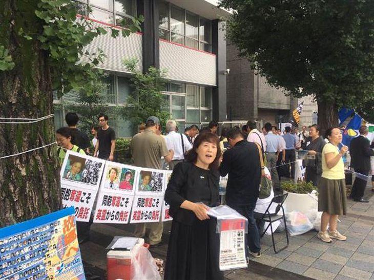 終戦の日を迎えた靖国神社周辺では多くの団体がチラシを配ったり署名を求めたりした=15日、東京都千代田区(上田直輝撮影)