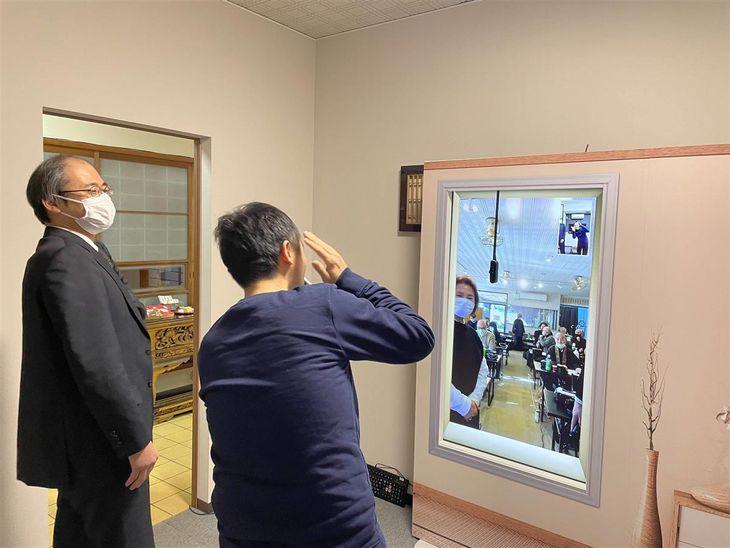 最新技術を駆使し、部屋がつながっているかのような感覚を作るテレビ会議システム「窓」を体験する参加者ら=2月19日、千葉県松戸市(石原颯撮影)