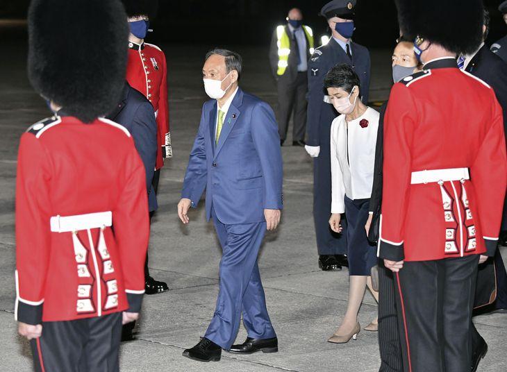 G7サミットに出席するため英コーンウォールの空港に到着した菅首相と真理子夫人=11日未明(共同)