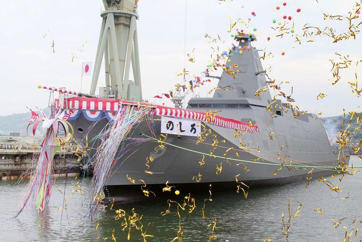 三菱重工業長崎造船所で開かれた、海上自衛隊の新型護衛艦「のしろ」の命名・進水式=22日午前、長崎市