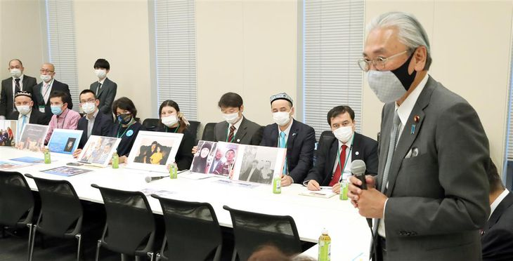 日本ウイグル議連の総会で発言する古屋圭司会長。後方は日本ウイグル協会のメンバーら=18日午後、国会内(春名中撮影)