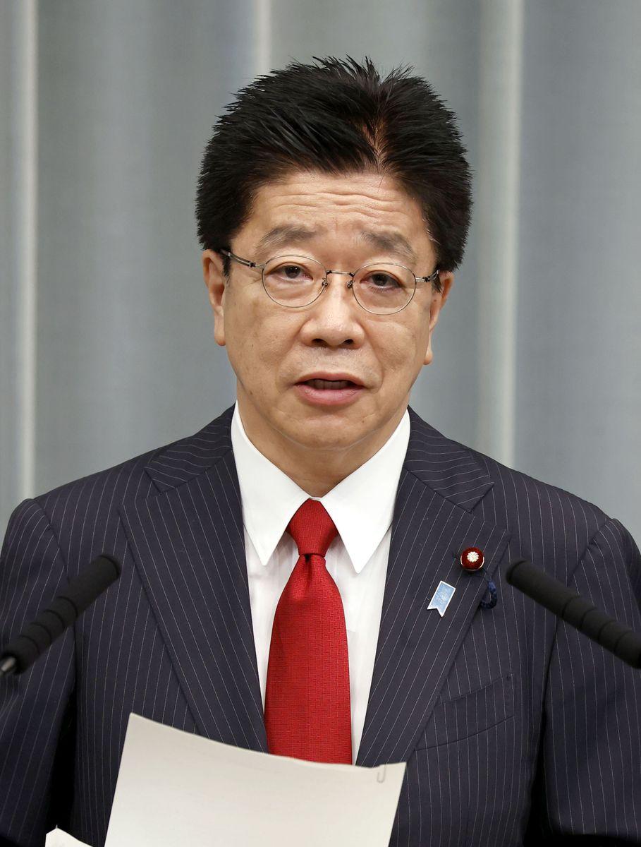 記者会見する加藤官房長官=11日午前、首相官邸
