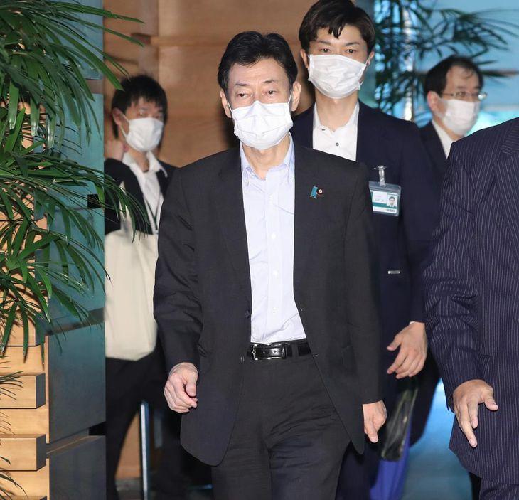 東京都で新型コロナウイルス感染症の感染者が100人を超え、記者団に問いかけられるも無言で退邸する西村康稔経済再生担当相=2日午後、首相官邸(春名中撮影)