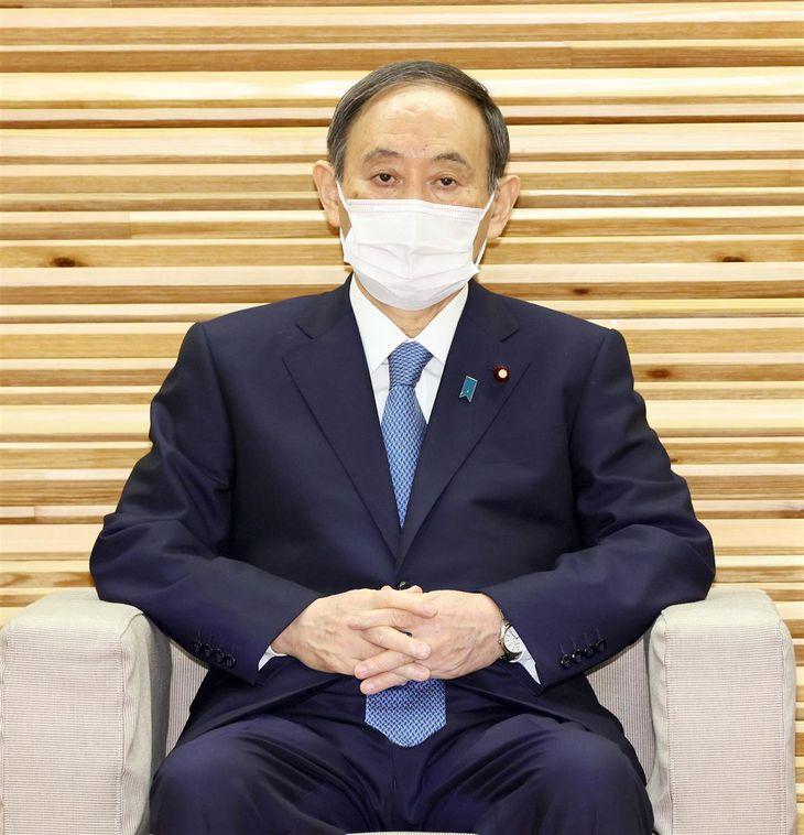 閣議に臨む菅義偉首相=6日午前、首相官邸(春名中撮影)