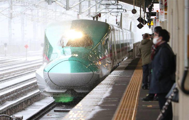全線で運転を再開した東北新幹線=24日朝、福島市のJR福島駅(芹沢伸生撮影)