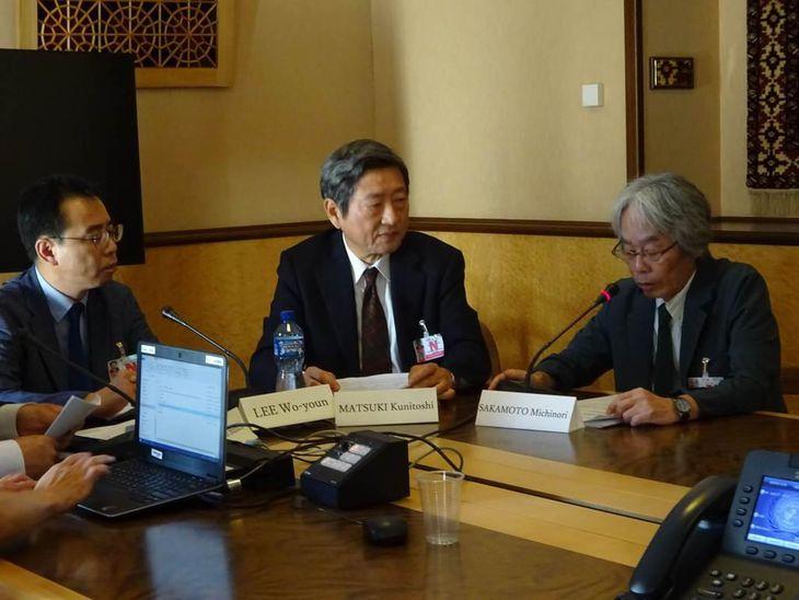 2日、ジュネーブの国連欧州本部でスピーチする坂本さん(右)。左は李研究員、中は松木さん(三井美奈撮影)