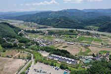 熊本県球磨村で入居が始まった仮設住宅=2日午後(ドローン使用、沢野貴信撮影)