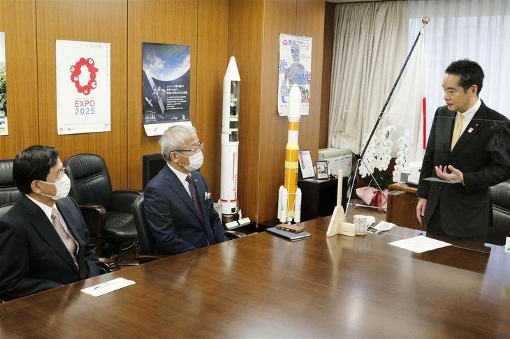 日本学術会議の在り方を巡る民間有識者との意見交換で、あいさつする井上信治科学技術政策担当相(右端)=9日午前、東京都千代田区