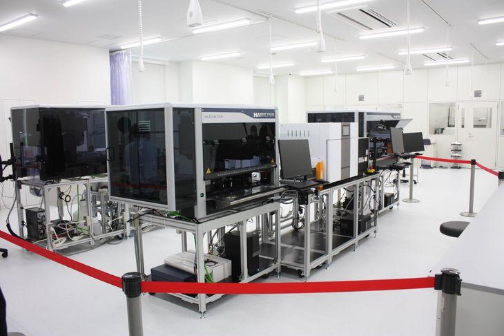 最先端のゲノム編集ロボットなどを備える「福岡バイオイノベーションセンター」の研究室=福岡県久留米市