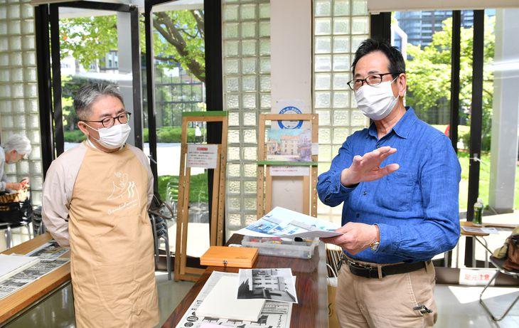 クレパス画の第一人者、田伏勉先生(右)の指導を受ける記者=大阪市北区のサクラアートサロン大阪(南雲都撮影)