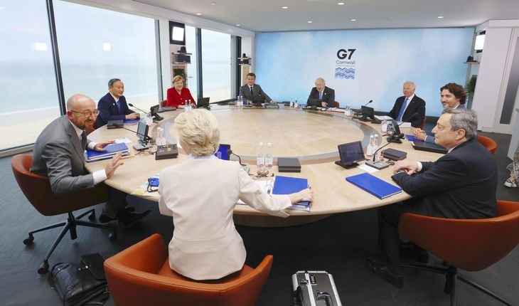 G7サミットで初日の討議に臨む(左端から時計回りに)ミシェルEU大統領、菅首相、ドイツのメルケル首相、フランスのマクロン大統領、英国のジョンソン首相、バイデン米大統領、カナダのトルドー首相、イタリアのドラギ首相、フォンデアライエン欧州委員長=11日、英コーンウォール(代表撮影・共同)