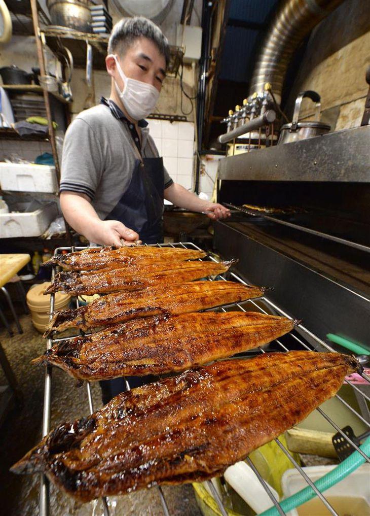 次々とウナギが焼き上げられると、店内には香ばしい香りが漂った=21日午前、大阪市中央区(安元雄太撮影)