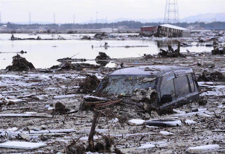 津波で押し流され汚泥に埋まる車両。元は水田だったという=2011年3月12日午前6時39分、仙台市若林区