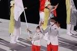 【東京五輪2020 開会式】入場行進 日本の旗手 八村塁と須崎優衣=国立競技場(撮影・松永渉平)