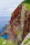 知夫里島の西海岸に続く断崖の「赤壁」。赤褐色の岩肌は強烈なインパクトを残す