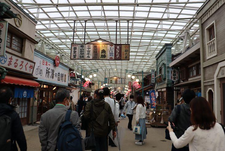 昭和の商店街を細部にまでこだわって再現した「夕日の丘商店街」=5月18日、埼玉県所沢市(深津響撮影)