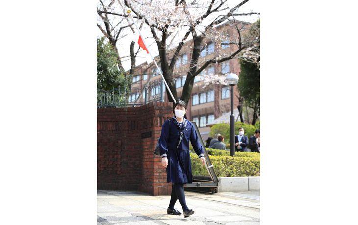 学習院女子高等科の卒業式に向かわれるマスク姿の愛子さま=22日午後0時42分、東京都新宿区(代表撮影)