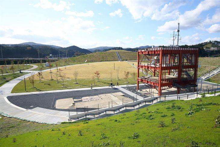 10月に全面開園した震災復興祈念公園。右は防災対策庁舎=宮城県南三陸町(萩原悠久人撮影)