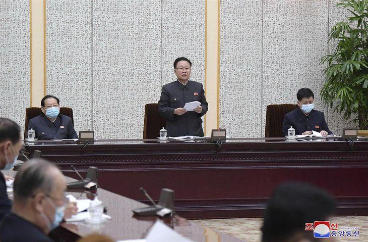 北朝鮮の最高人民会議常任委員会で発言する崔竜海・常任委員長(中央)=4日、平壌(朝鮮通信=共同)