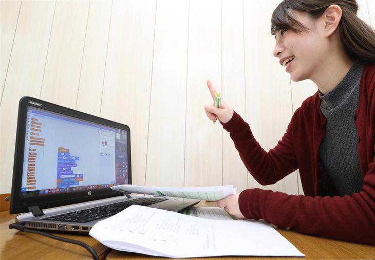 プログラミング講座で、自宅にいる生徒に講師がオンラインで指導する=堺市北区のラシク中百舌鳥校(恵守乾撮影)