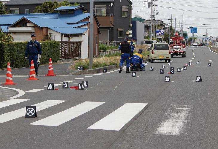 小学生の女児2人がはねられた横断歩道。奥ははねた軽乗用車=23日午前9時20分ごろ、千葉県木更津市江川(橘川玲奈撮影)