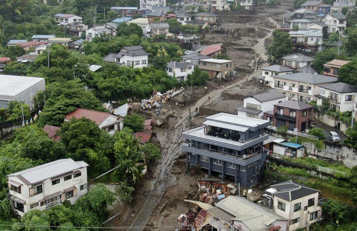大規模な土石流が発生した現場=4日午後3時45分、静岡県熱海市伊豆山(小型無人機から)