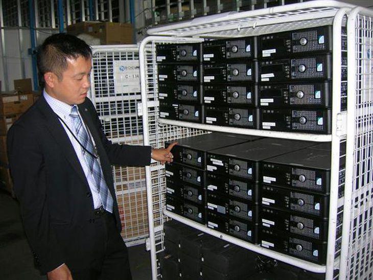 大量のパソコンが運び込まれたブロードリンク福岡支社の作業場