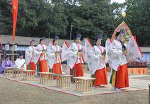 雅やかな雰囲気が漂う巫女らによる神楽の奉納=奈良市