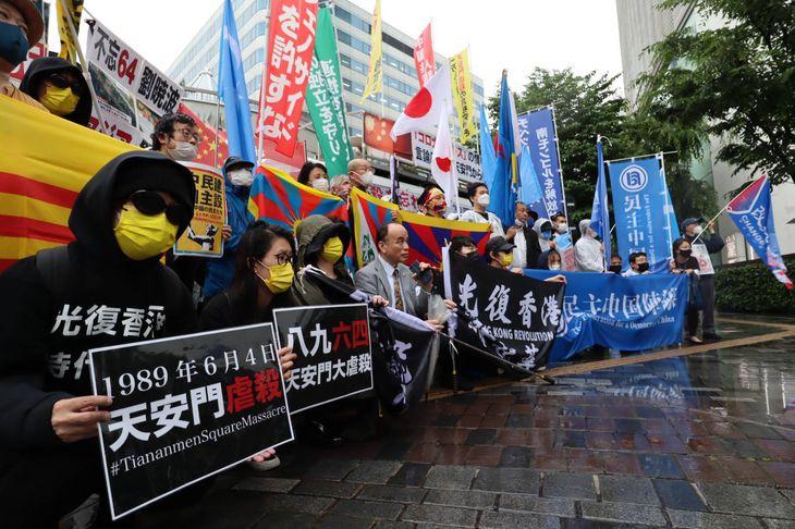 4日、天安門事件32年にあたって東京・有楽町で中国政府への抗議活動を行う人々