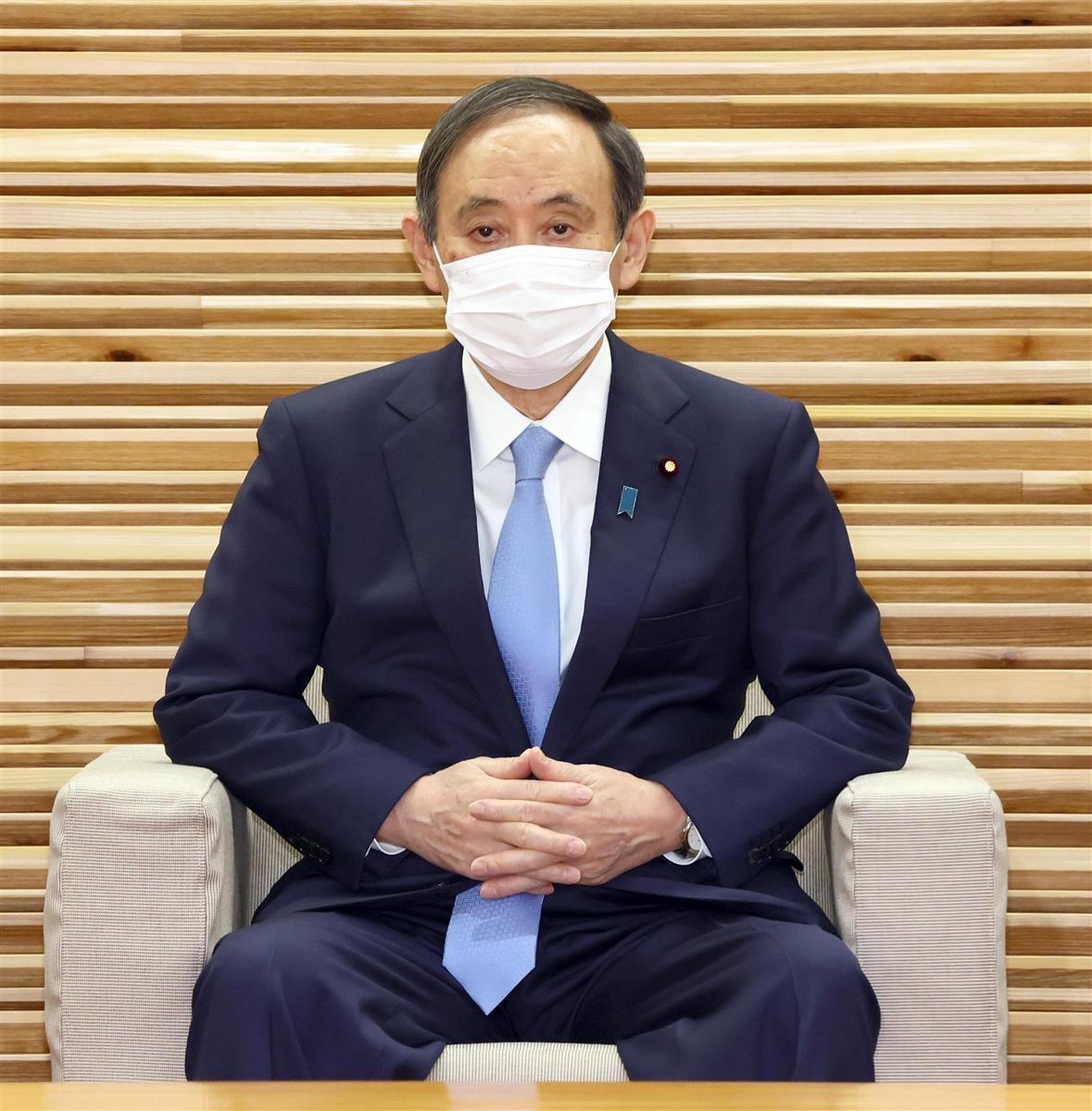 閣議に臨む菅義偉首相=19日午前、首相官邸(春名中撮影)