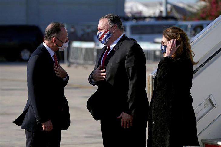 18日、イスラエルのベングリオン国際空港に到着したポンペオ米国務長官(中央)ら(ロイター=共同)