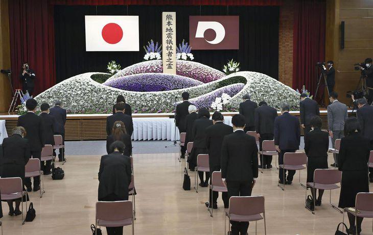 熊本地震の発生から5年を迎え、熊本県庁で開かれた追悼式で黙とうする参列者。新型コロナウイルス感染防止のため席の間隔が空けられた=14日午前