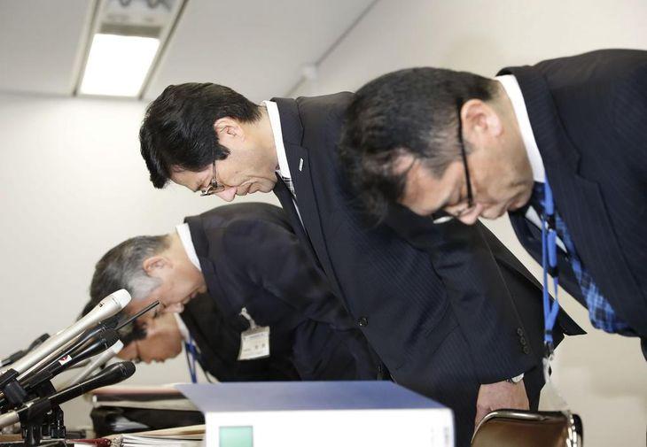 神戸市立東須磨小の教諭いじめ問題で記者会見の冒頭、謝罪する長田淳市教育長(右から2人目)ら=2月28日午後、神戸市